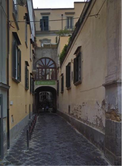 Sullo sfondo, l'edificio in cui sorge la Sinagoga di Napoli: dall'esterno nulla è riconoscibile