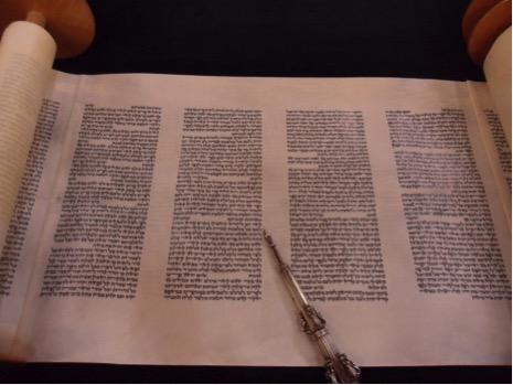 Una pagina del rotolo della Torah