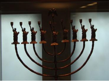 Una Chanucchià (candelabro con 8+1 bracci che si usa per celebrare la festa di Chanuccà) conservata al Jewish Heritage Museum di New York