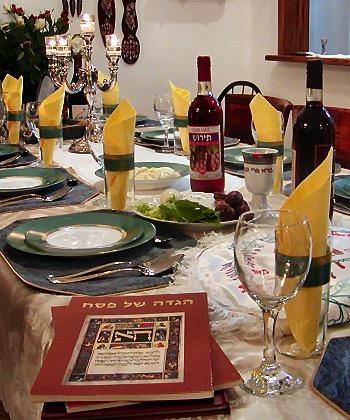 La tavola di Pesach con le haggadoth pronte per la lettura